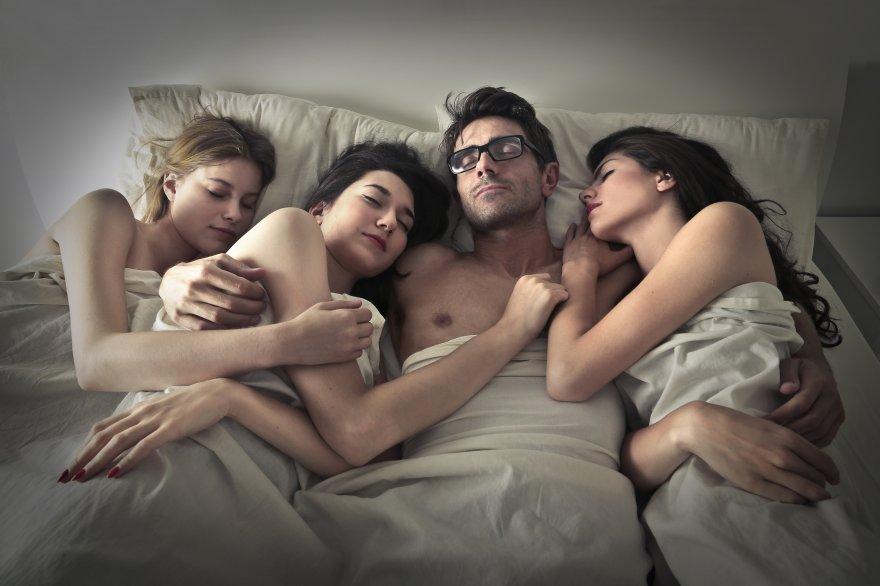 Мне всегда снятся 3 девушки и все они не старше 19 лет+к этому я ни когда их не видел и трое подруг у меня нет.!.хоть я и вижу сны очень редко, и одна девушка всегда хочет быть со мной, а остальные две толи ее подруги то ли сестра, но сон на столько реалистичен как будто все на яву происходит, помню погоду.